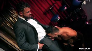 Plan viril au club de Poker (baise de mecs virils en costume cravatte)
